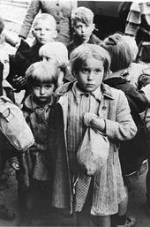 Bundesarchiv_Bild_183-2003-0703-500 _Rückführung_deutscher_Kinder_aus_Polen[1]